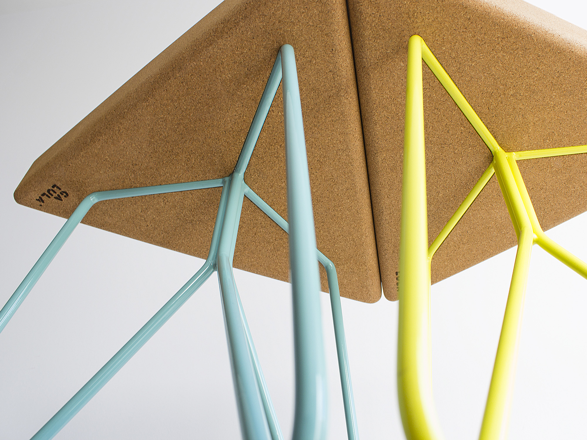 Galula | Três stool or table, light cork and blue / yellow legs