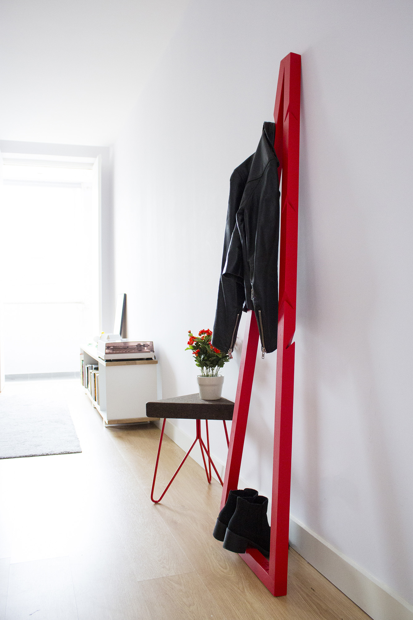 low-Galula-Pendura-CoatStand-red-amb-4.jpg