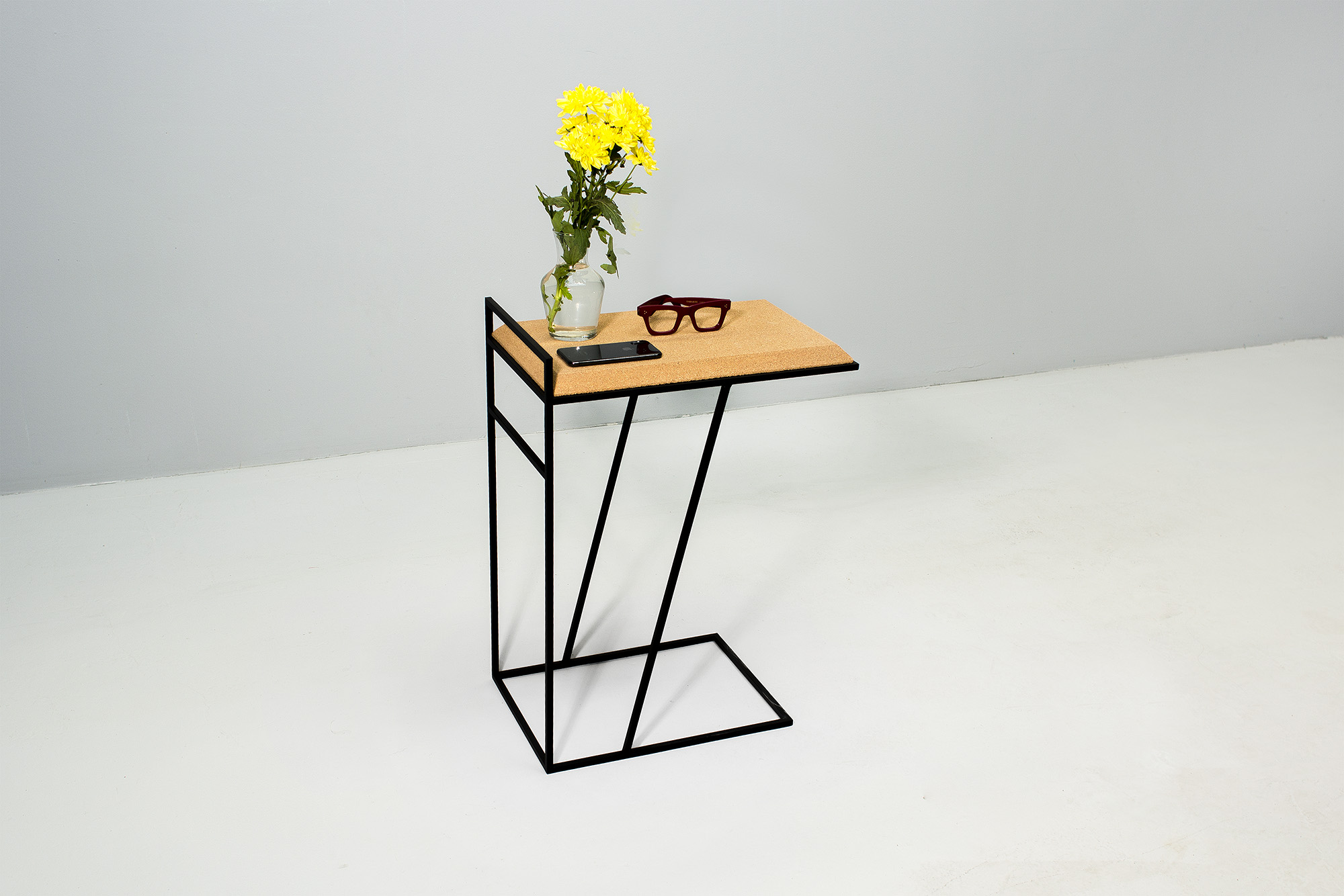 low-Galula-Grão-side-table-3-light-cork-black-06.jpg