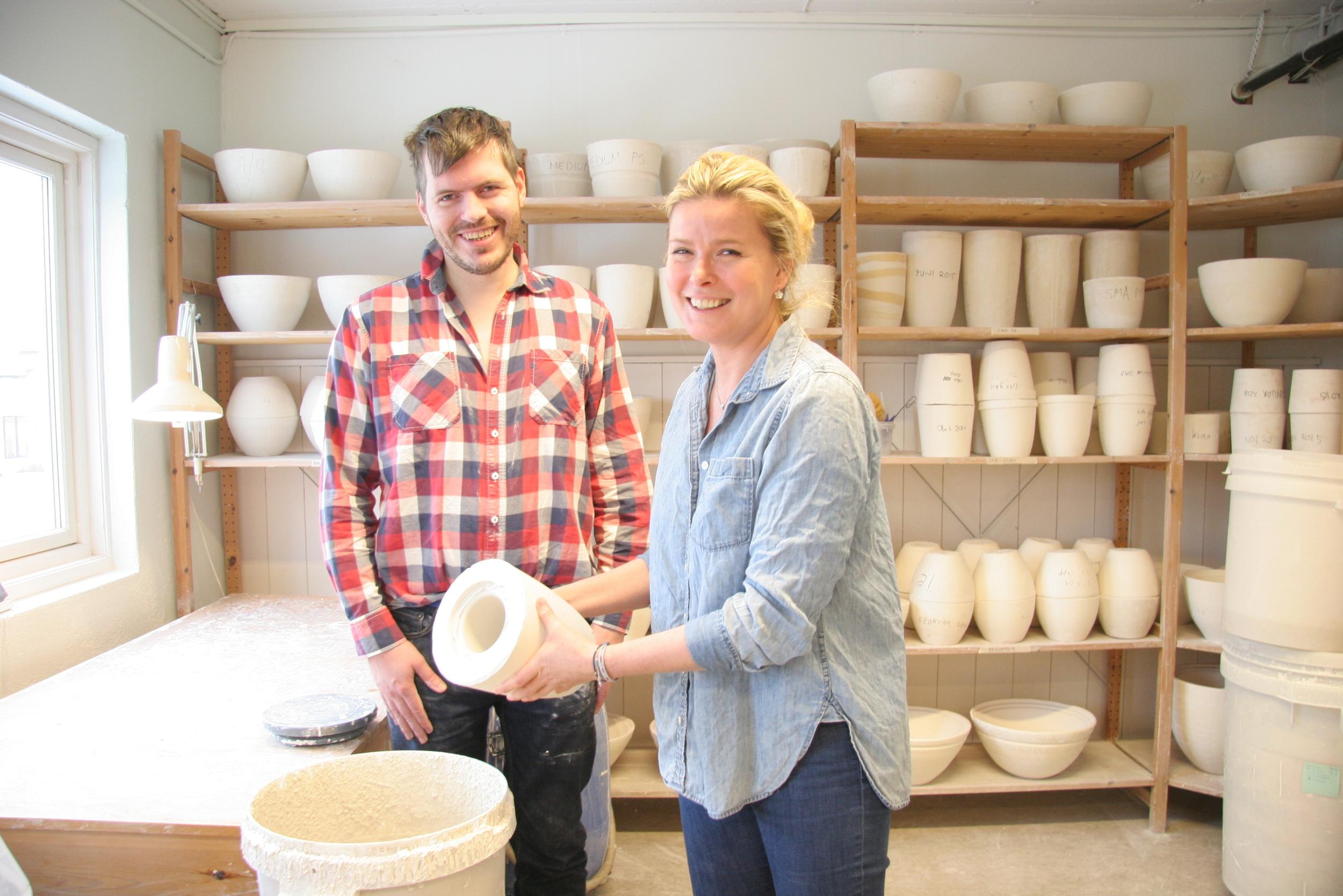 Pål Brage viste Vendela hvordan man støper porselenskopper da hun besøkte Aurora Verksted.