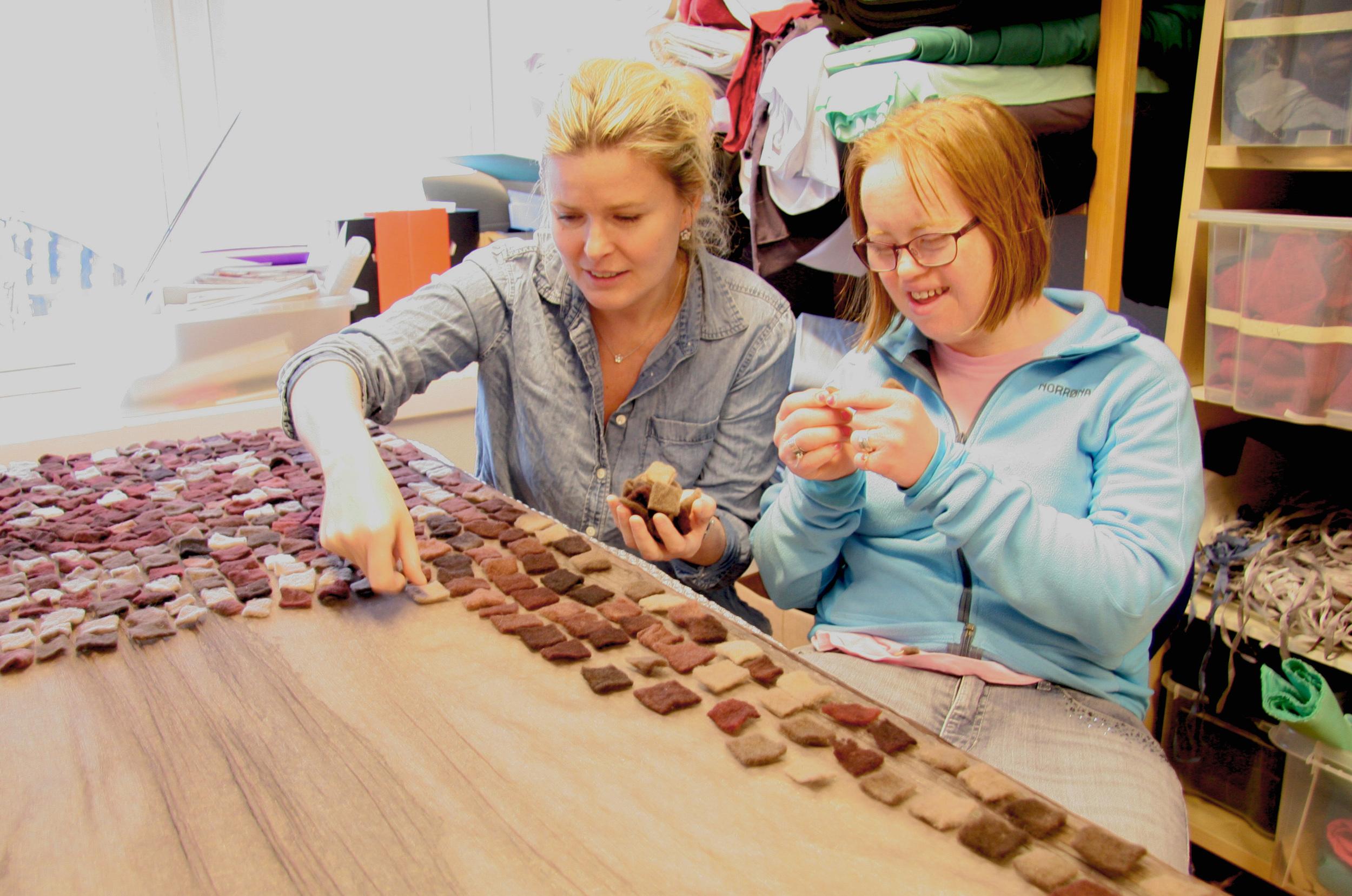 Mona viser hvordan man kan legge mosaikk av ull på silkesjal