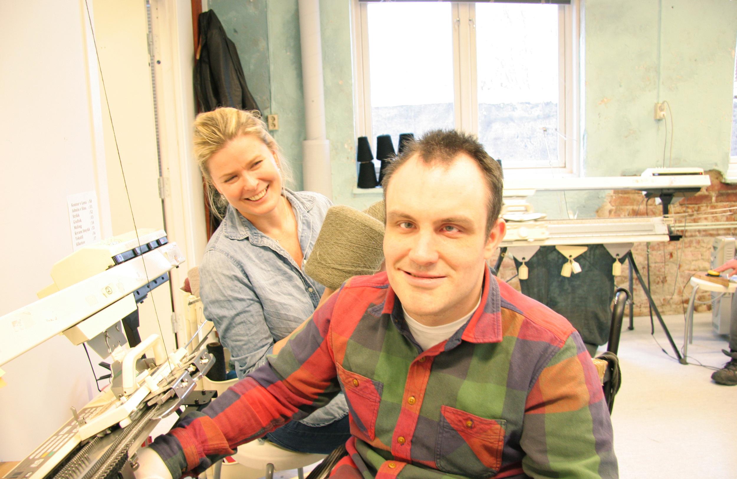 John Terje styrer erfarent strikkemaskinen som strikker alpakka ullstoffer