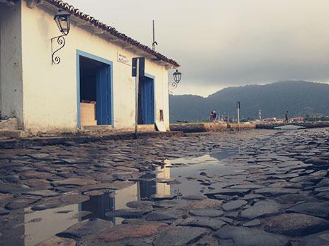 As ruasde Paraty (chamadas pés-de-moleque) foram feitas por escravos na época colonial do Brasil.