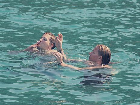 Como é proibido fumar dentro do barco (graças à Deus!) os gringos improvisaram. Pularam na águae tragaram enquanto estavam nadando.