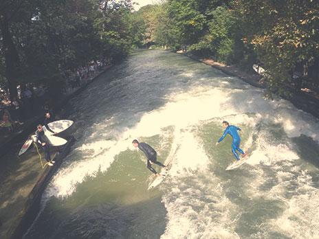 Surf Eisbach, trecho do rioIsar que passa dentro do Englisher Garten