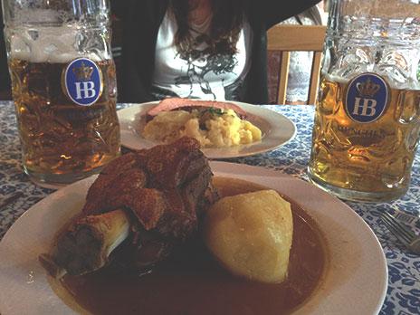 Pedidas:Joelho de porco com batata, fatia de carne de porco com purê e repolho e duas cervejas de 1L cada.