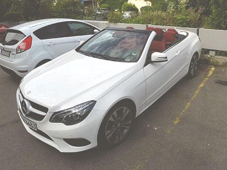 Mercedes-Benz conversível branco modelo E200 CGI Navi, com câmbio automático.