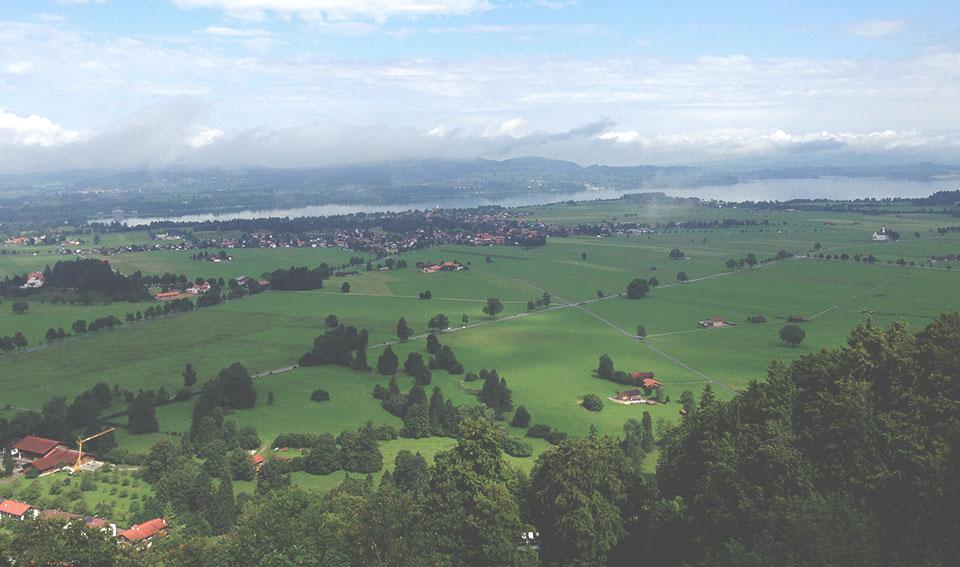 Vista do Castelo Neuschwanstein para a planície de Füssen.