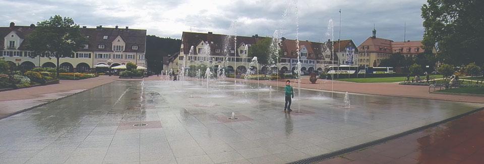 Uma parte da Marktplatz, amaior praça quadrada da Alemanha, em Freudenstadt. Ela mede 216m x 219m.