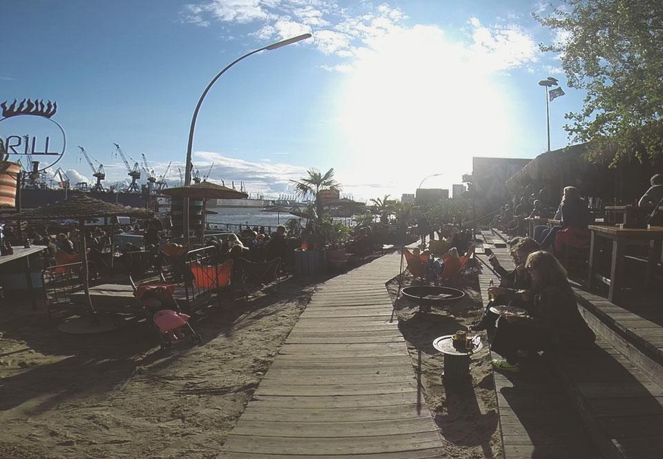 Bar Strand Pauli. Aproveite o sol para tomar uma cerveja com vista para o porto de Hamburgo. Só não dispense um cobertor.