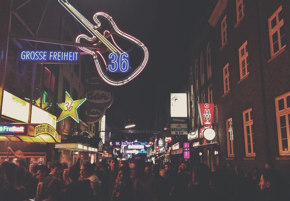Reeperbahn, rua agitada das noites de Hamburgo. Lembra um pouco a Rua Augusta de São Paulo, porém com alemães e turistas se divertindo com mais intensidade. Foi aqui que os Beatles começaram a carreira, tocando em praticamente todos os bares da rua.