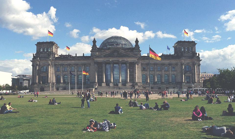 Pátio externo do Reichstag, o parlamento alemão, um dos cartões postais de Berlim.