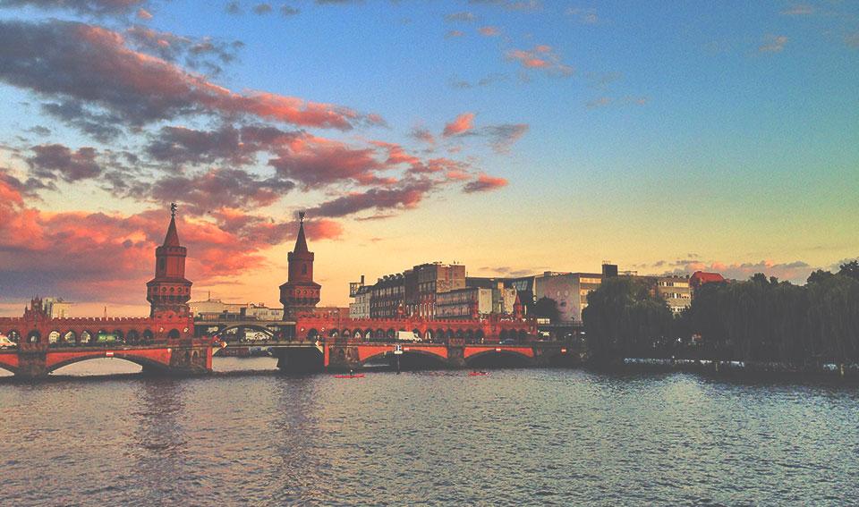 A famosa Oberbaumbrücke, ponte sobre o rio Spree e ao lado da East Side Gallery.