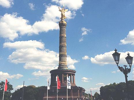 Coluna da Vitória. Dica: Chegue bem perto e observe as marcas de bala da época da Segunda Guerra Mundial, quando os aliados invadiram Berlim na reta final do conflito.
