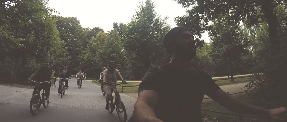Galera do passeio de bike passando dentro do Tiergarten.