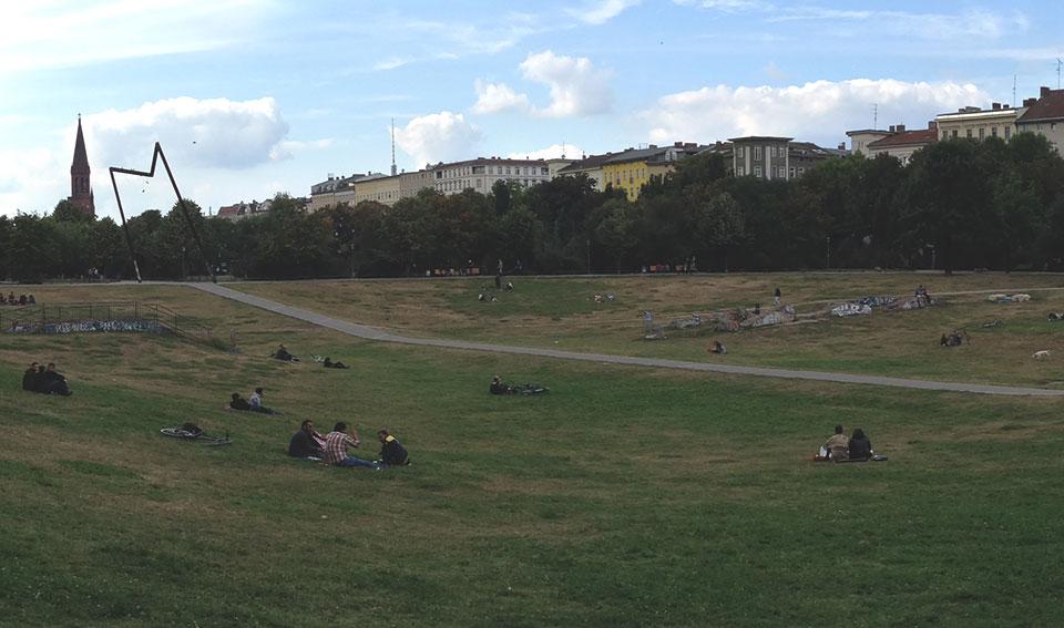 Gorlitzer Park: Área com intenso tráfico de drogas no bairro de Kreuzberg. Aqui vão te oferecer cocaína com a mesma frequência que as mulheres oferecem massagemna Tailândia.
