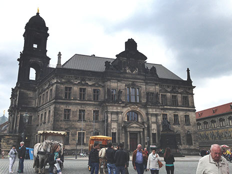 Em algumas construções esse barroco queimado fica mais evidente, como essa torre à esquerda.