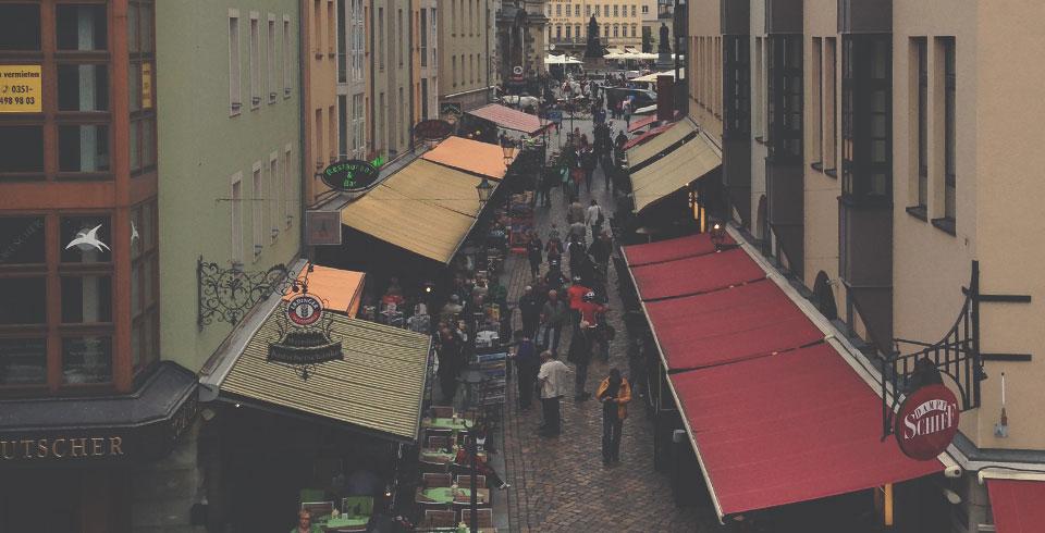 Viela da Altstadt de Dresden repleta de restaurantes turísticos.