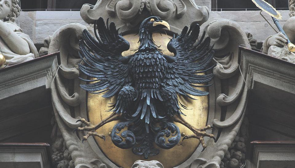 A águia, símbolo da nação alemã, está por toda parte.