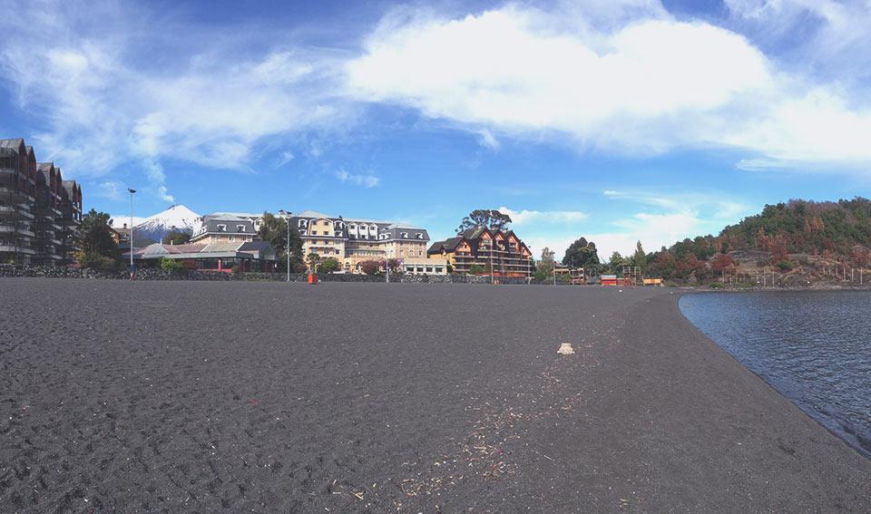 Playa Grande. Vulcão Villarica ao fundo.