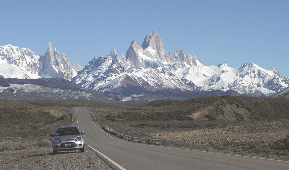 """Vista da estrada """"Ruta 40"""" num lugar bem próximo de El Chaltén. Ao fundo, o imponente Fitz Roy."""
