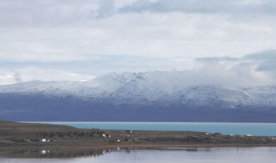 Vista para o Lago Argentino da janela a partir do nosso hotel em El Calafate.