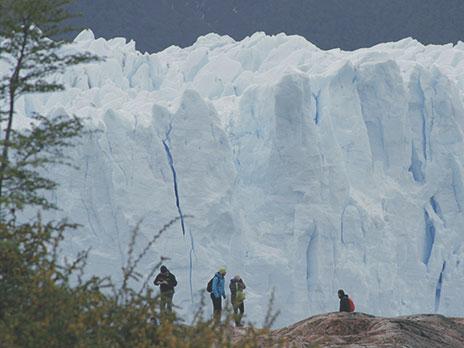 Aventureiros se preparam para caminhar sobre o Perito Moreno.