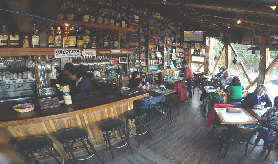Livro Bar - está entre os bares mais legais que visitamos na Patagônia (apesar do preço elevado).