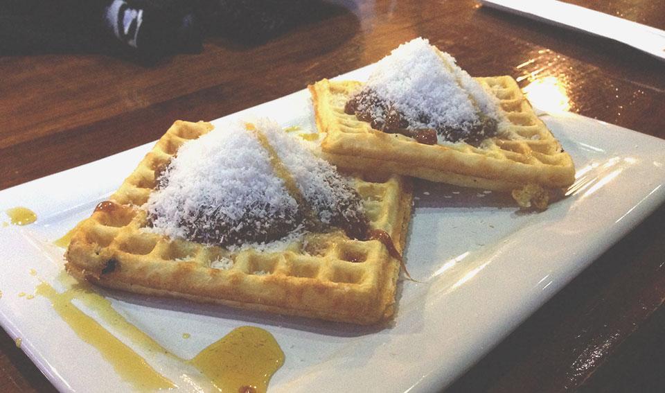 Waffle de doce de leite com coco, na Waffleria