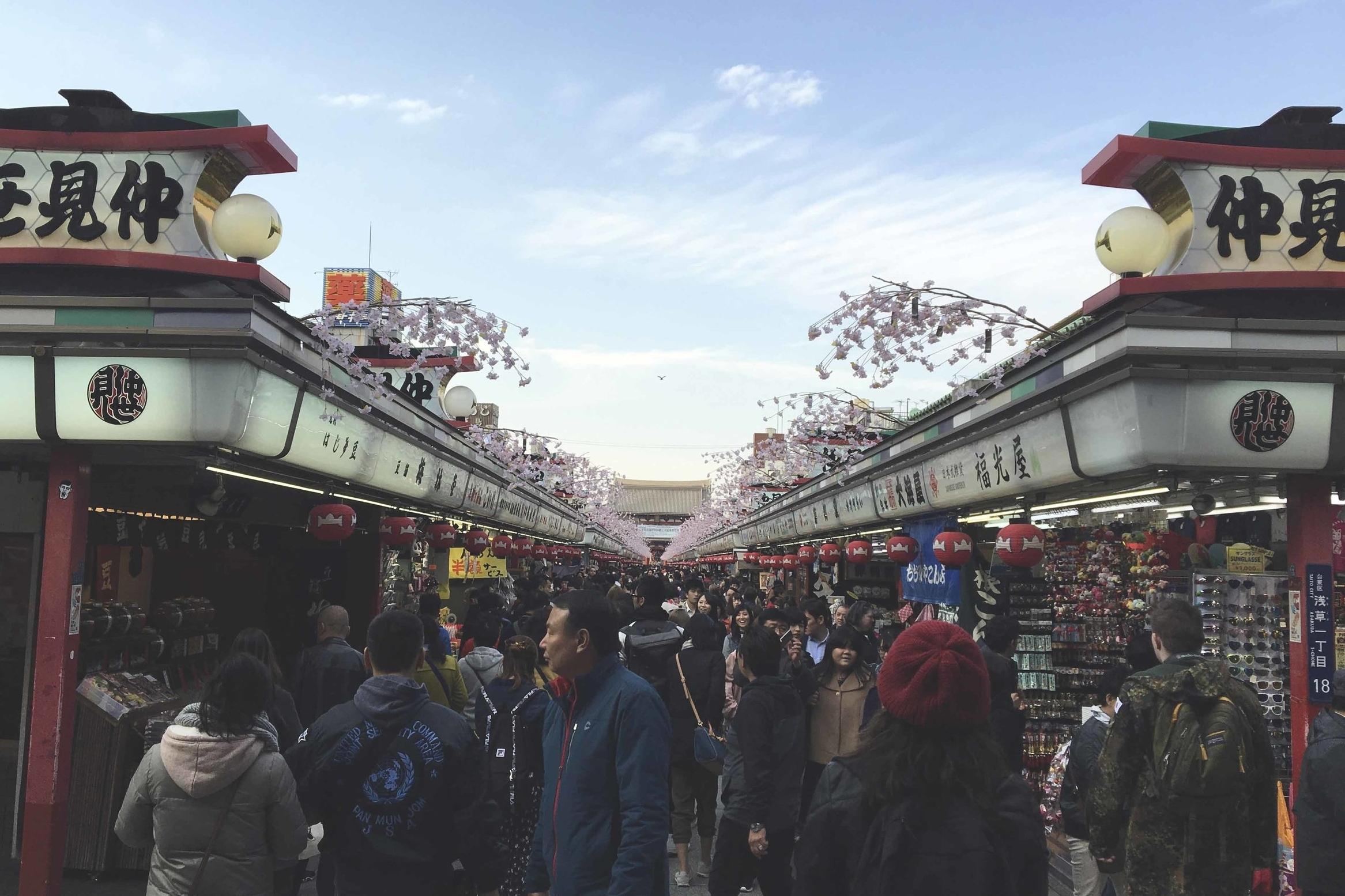 Nakamise-dori, no bairro de Asakusa, é uma das ruas de comércios mais antigas do Japão