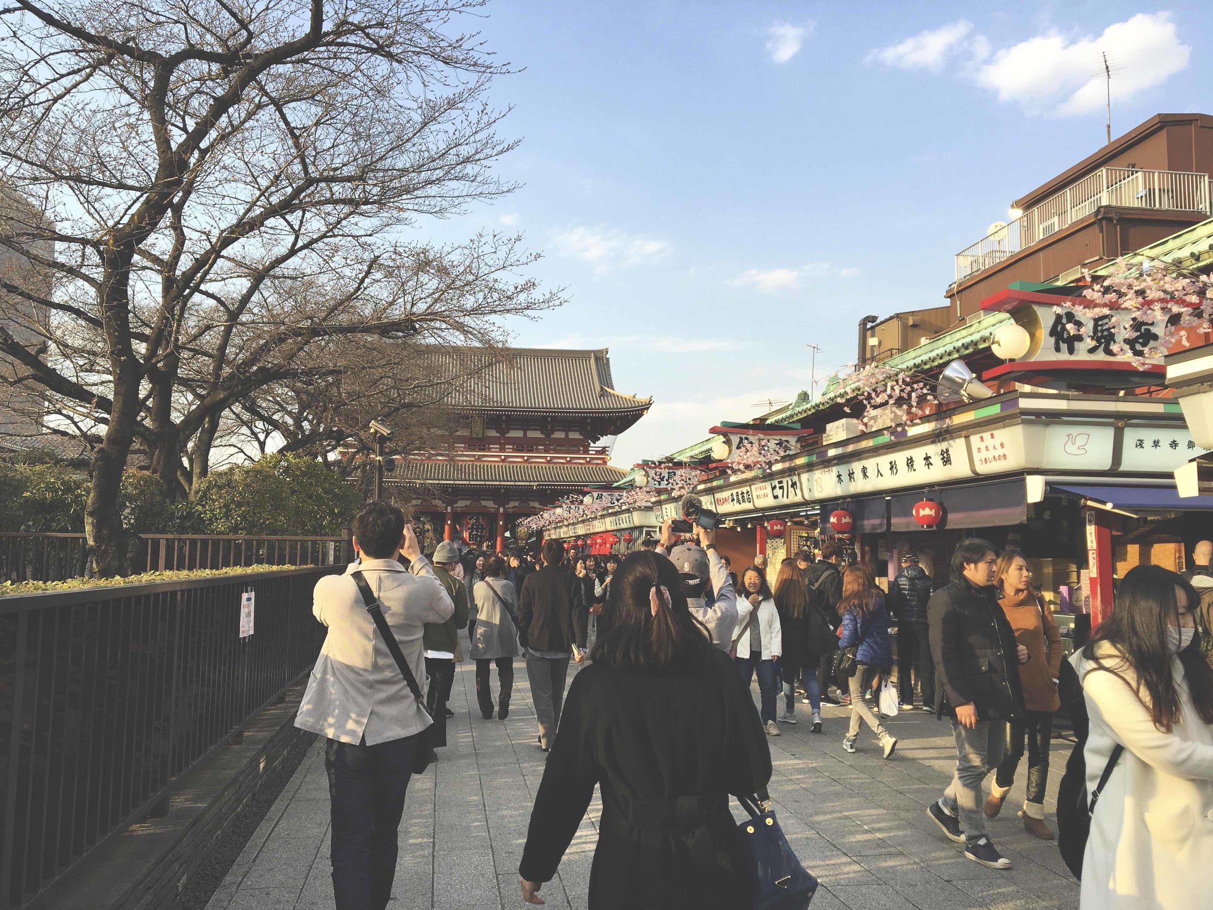 O comércio na rua Nakamise-dori e ao fundo o templo Senso-Ji