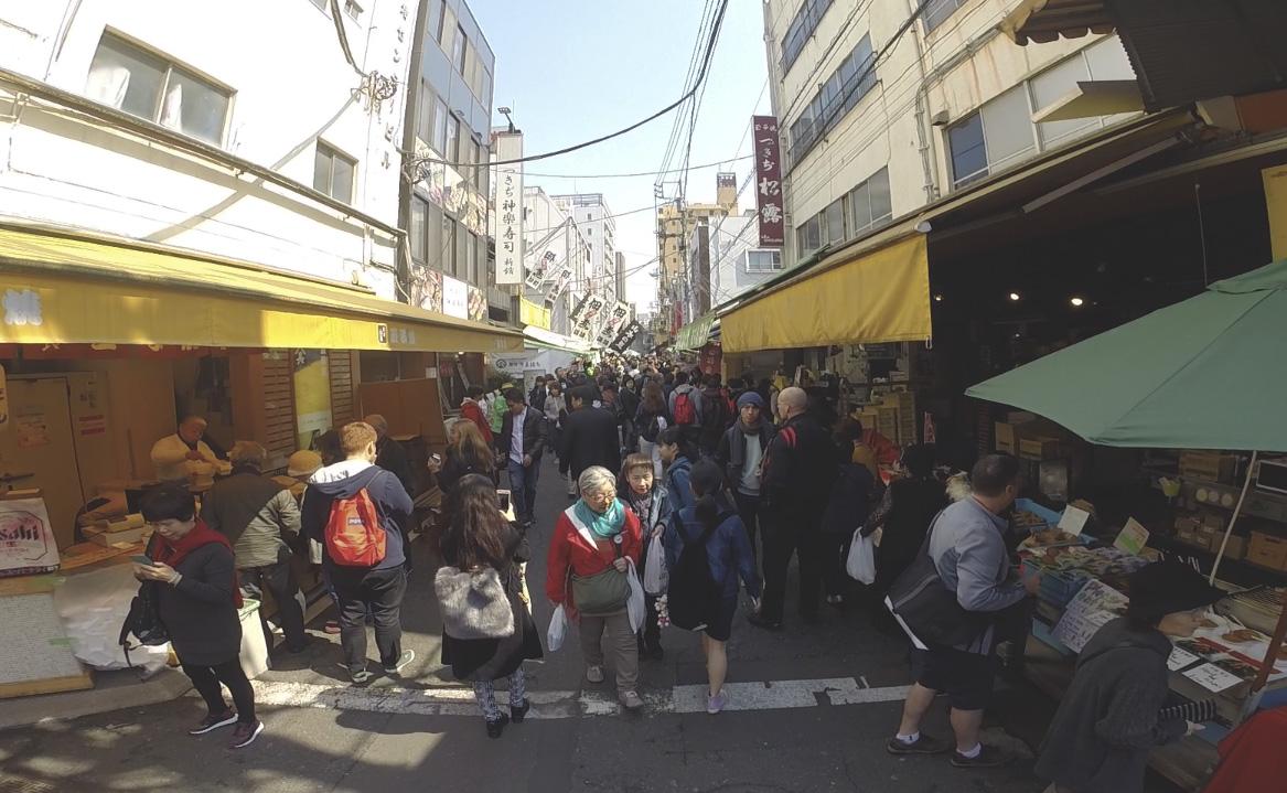 Uma das ruas do mercado de peixes Tsukiji