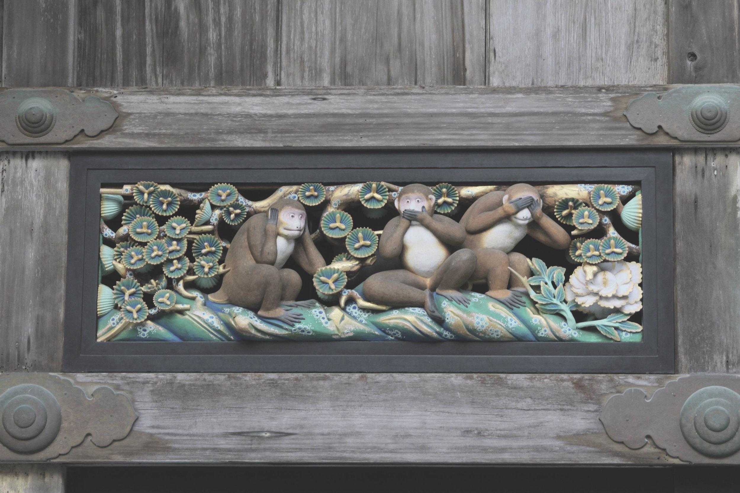 O trio de macacos: um que não vê,outro que não ouve e outro que não fala. Compondo assim os três princípios básicos do budismo tendai.