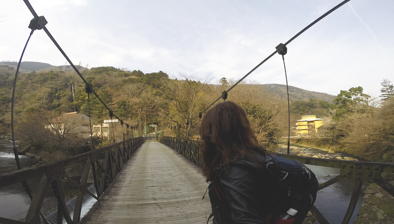Ponte que leva até quase a porta do ryokan Yama no Chaya.