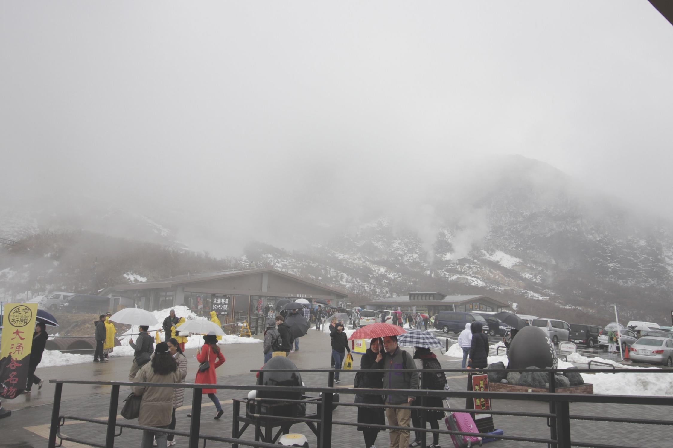 Em frente a loja de souvernis que há no topo do monte Hakone. Infelizmente o tempo estava horrível :(