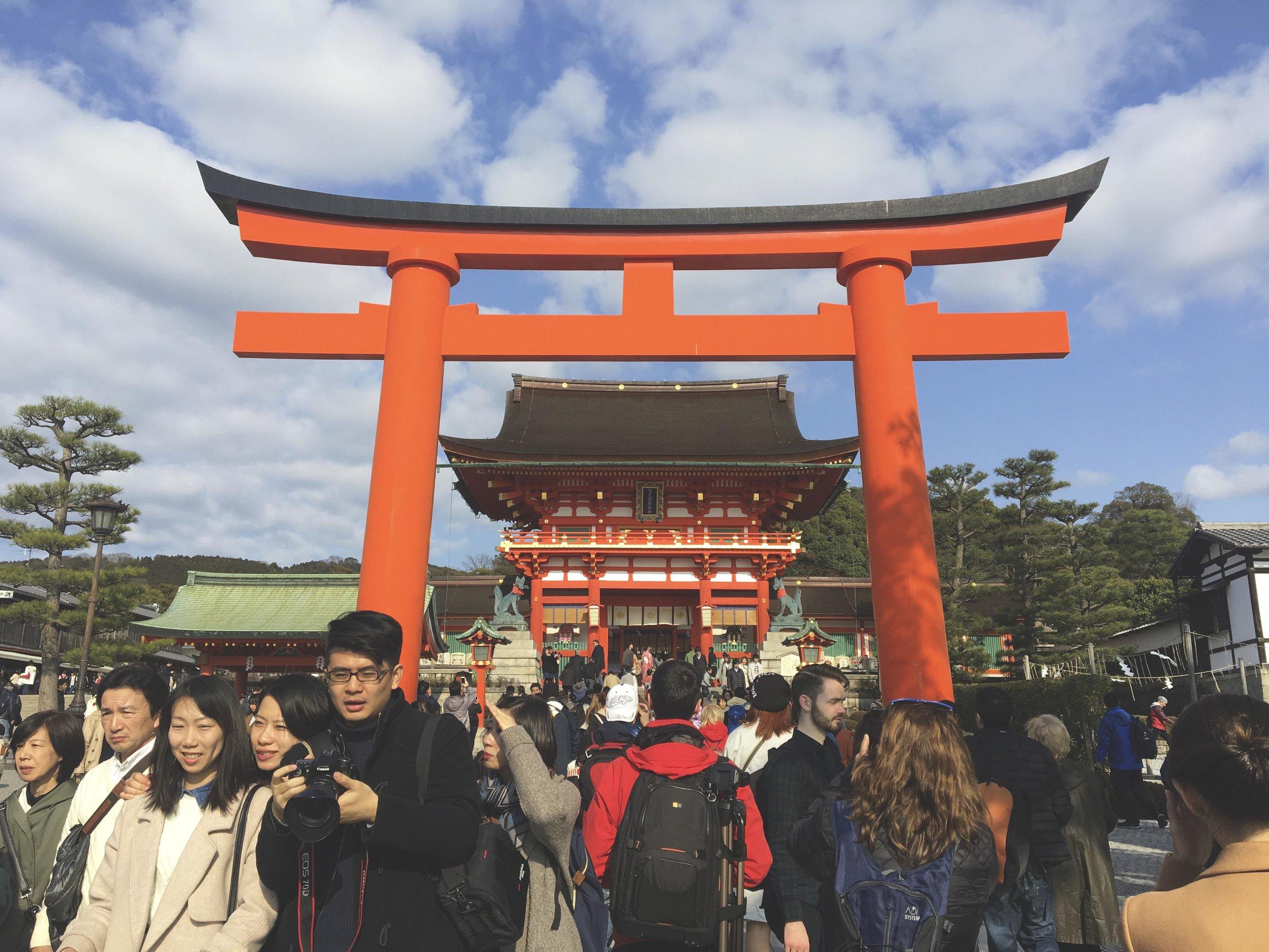 Torii gigante que fica na entrada do santuário Fushimi Inari-Taisha.