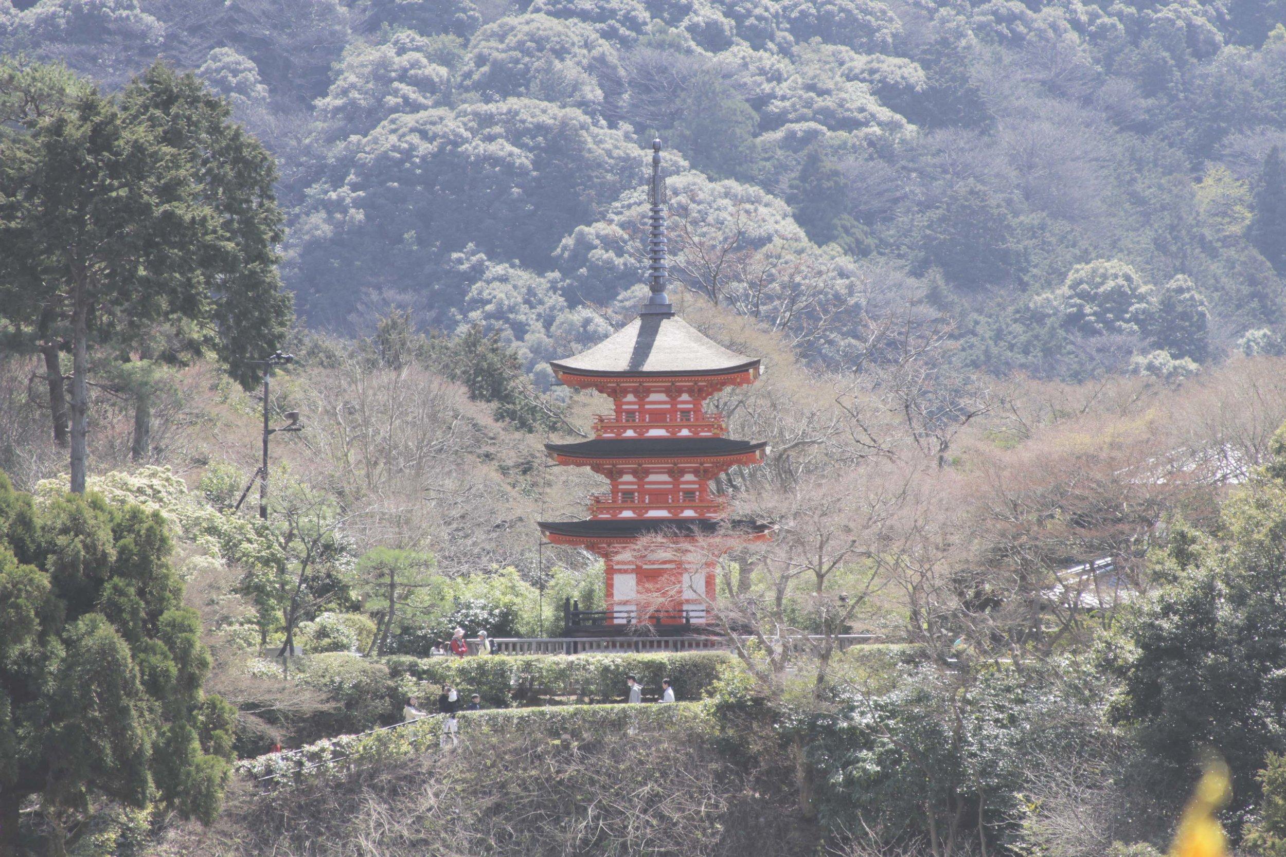 Pagode vermelho de 3 andares que se vê a partir da grande varanda do templo Kiyomizu-Dera.