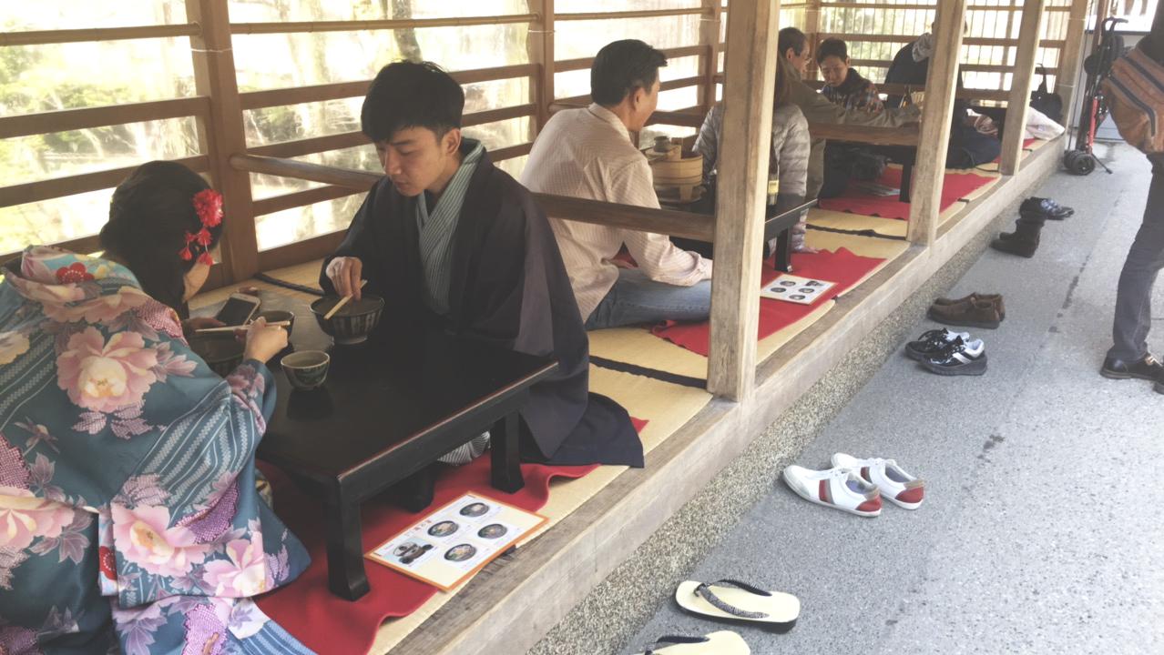 Restaurante que fica próximo aos canais. A regra é tirar os sapatos, se sentar de pernas cruzadas, relaxar e aproveitar a comida.