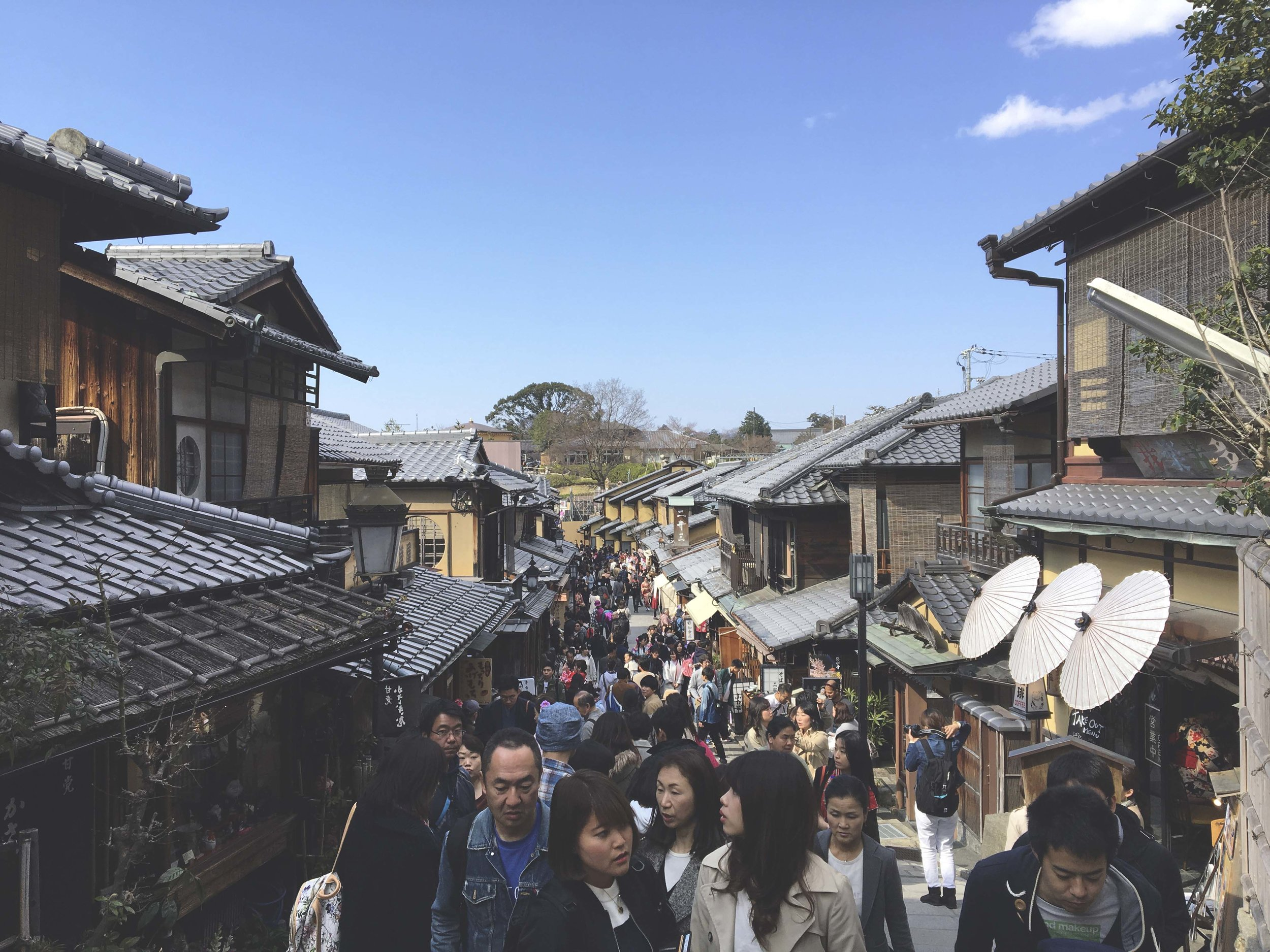 Rua Matsubara que fica logo na saída do templo Kiyomizu-Dera. Ótima para encontrar pequenos restaurantes com comidas deliciosas e muuuuitas lojas de souvenirs.