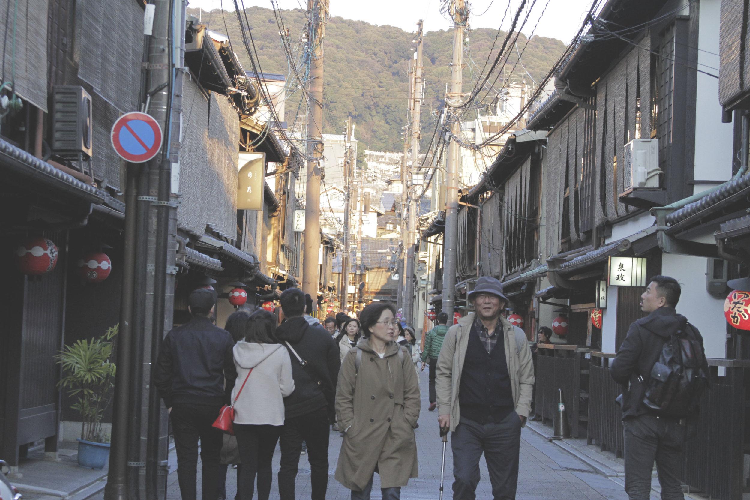 Ruazinha de Gion cheia de casinhas de madeira, com arquitetura tradicional japonesa.