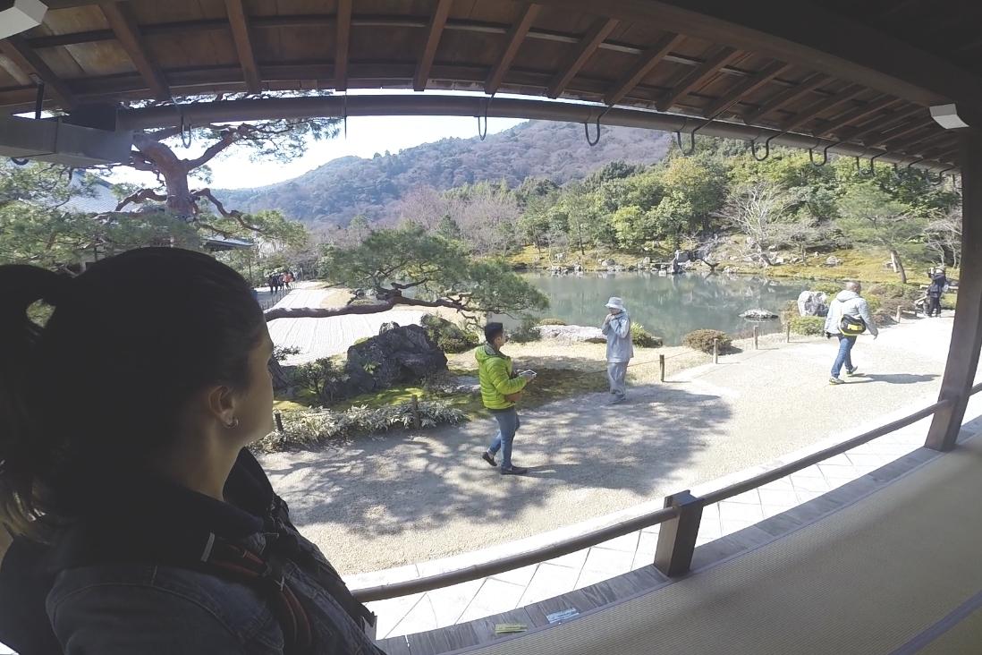 Para se andar dentro do templo (e dentro da maioria dos templos e santuários que visitamos no Japão) é necessário tirar os calçados logo na entrada.