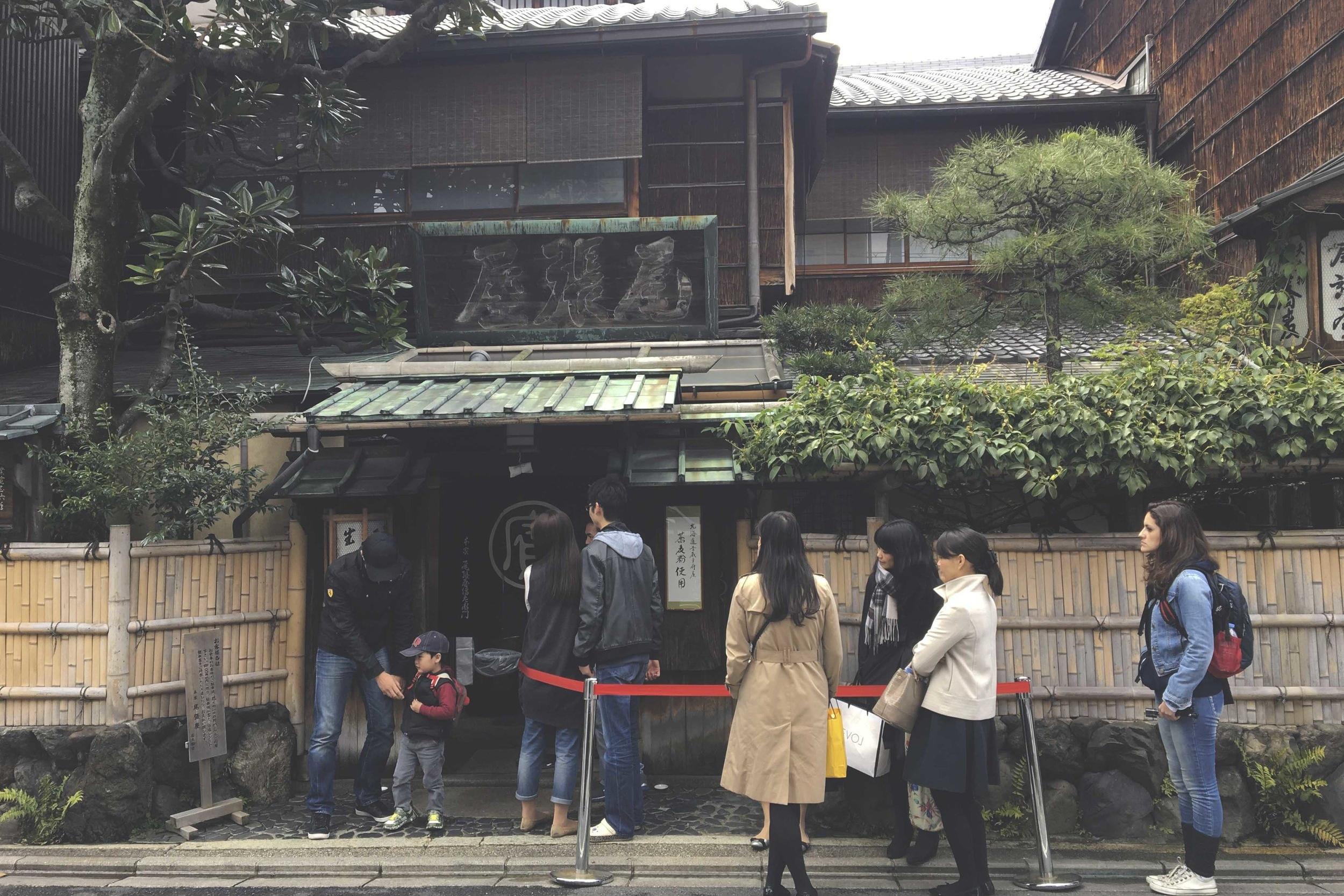 Filinha na entrada do restaurante Honke Owariya,