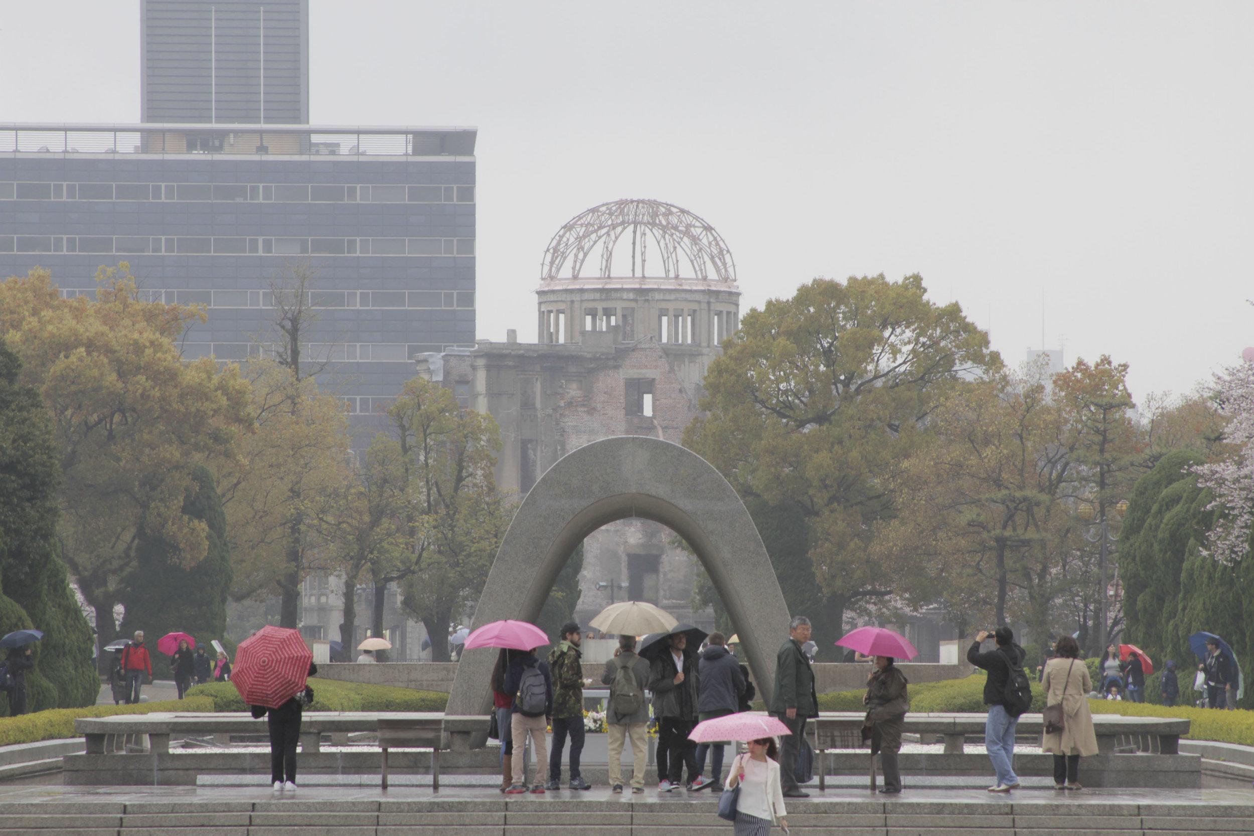 O arco logo à frente é onde está o Cenotáfio, logo depois dele está a Chama da Paz e, ao fundo, o Domo da Bomba Atômica (antigo Centro de Promoção Industrial).