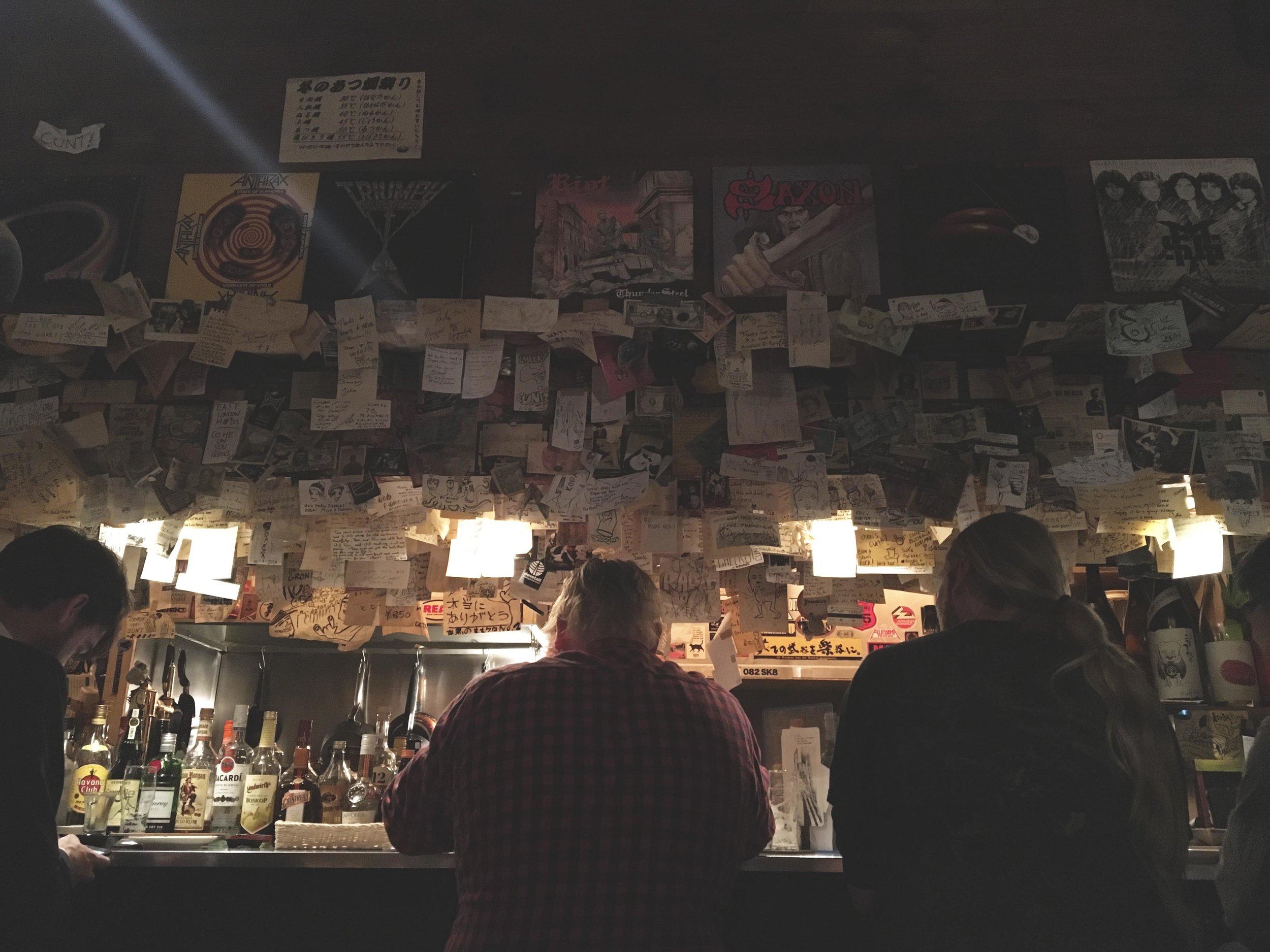 Balcão do bar de rock Koba, localizado no centro da cidade.