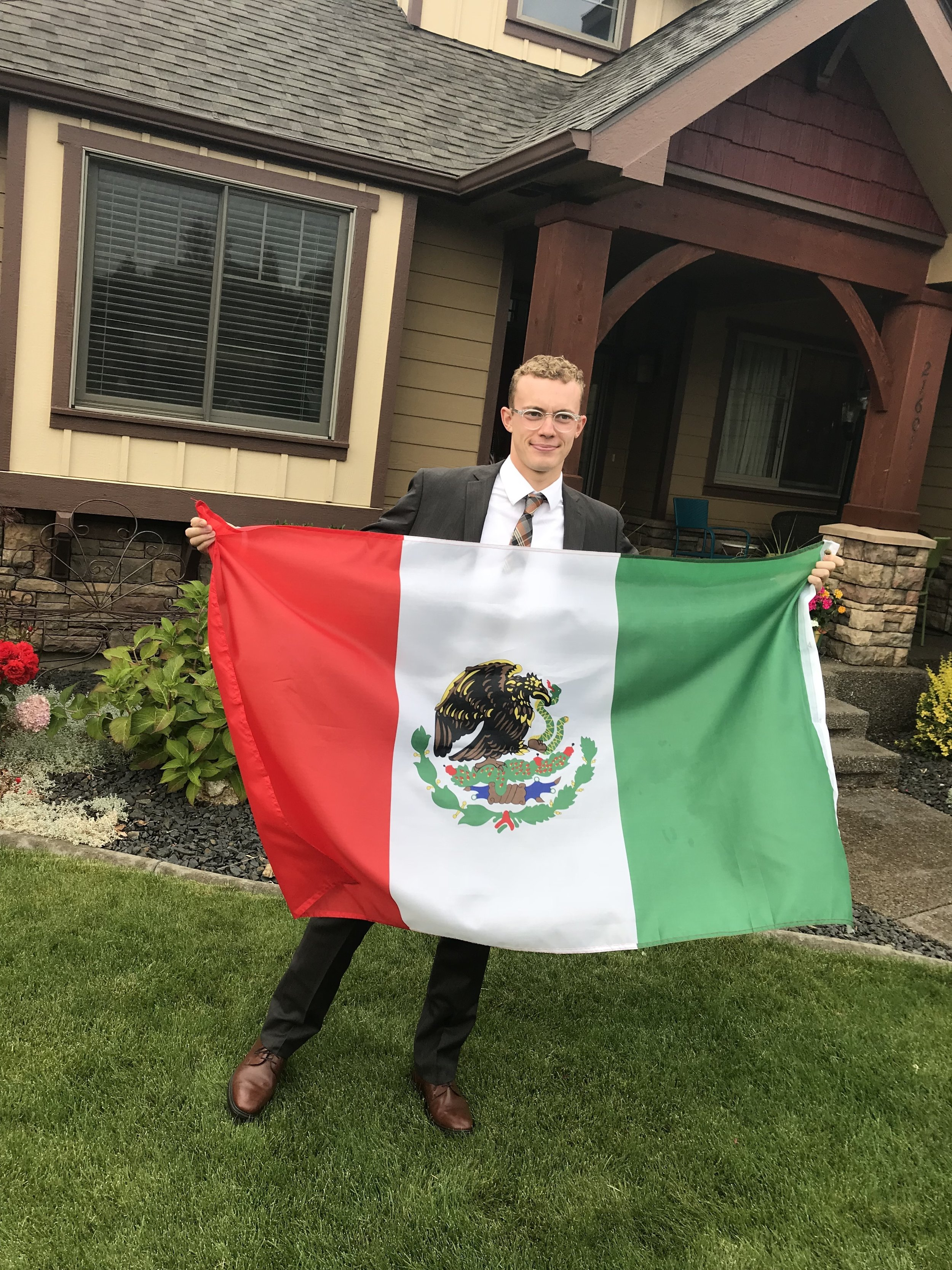 🇲🇽 I realized he was holding the flag backwards—after I snapped the picture—of course!