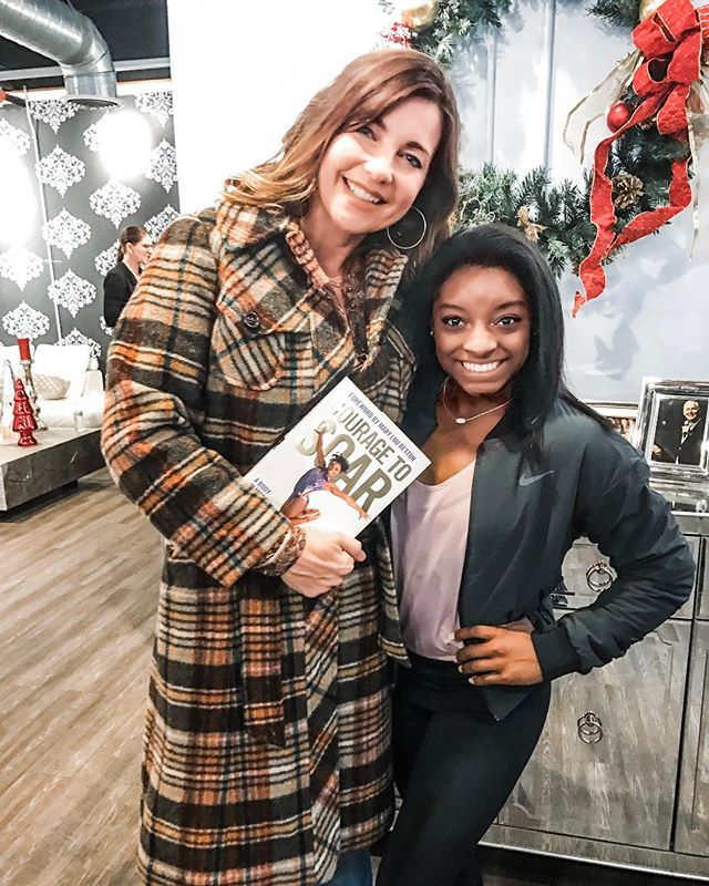 Throwback Thursday @ladreamcenter where I had the pleasure to meet the stunning @simonebiles 😊 Such a sweet soul! If you haven't read her book #couragetosoar then you should put it on your list! 📖 📚