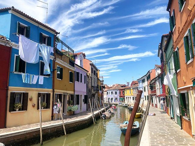 Four years later... I loved getting to return to Burano, which is such a colorful and beautiful island off of Venice. Not to mention it's home to one of my favorite restaurants, the consistently amazing Al Gatto Nero 🇮🇹 have you ever been to Burano?