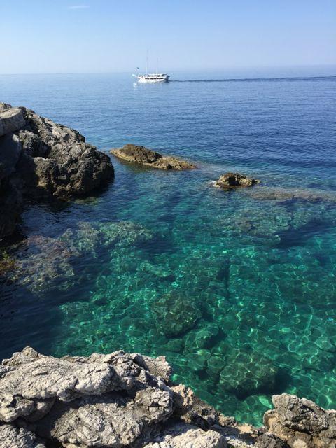 Sipan-crystal-clear-shore.jpg