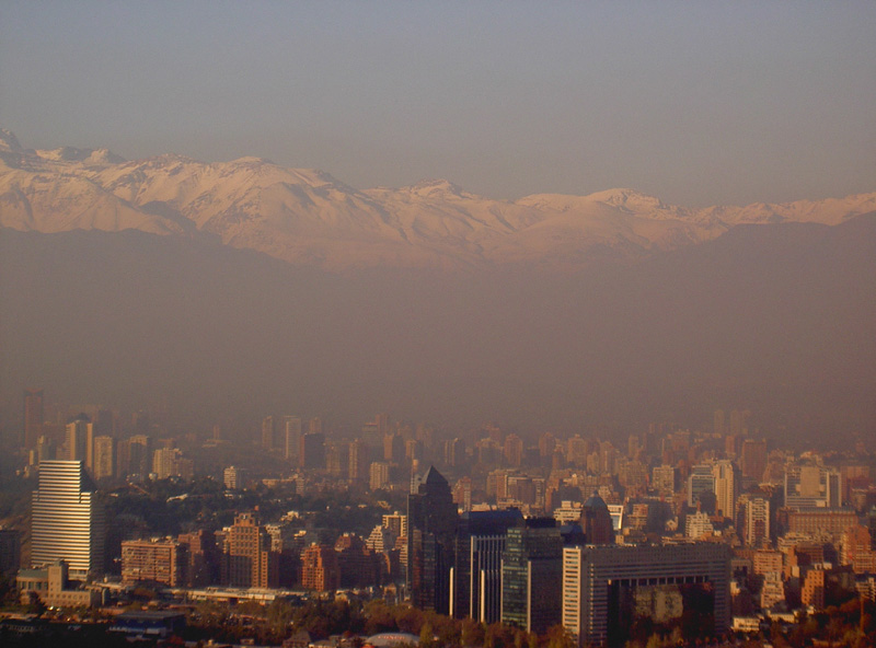 Santiago, Chile on a smoggy day in 2005, very much how it looked during my visit at the end of January 2016. Santiago has one of the worst air pollution problems in the world. [Photo 2005 courtesy wikicommons; CC BY-SA 3.0, https://commons.wikimedia.org/w/index.php?curid=428144