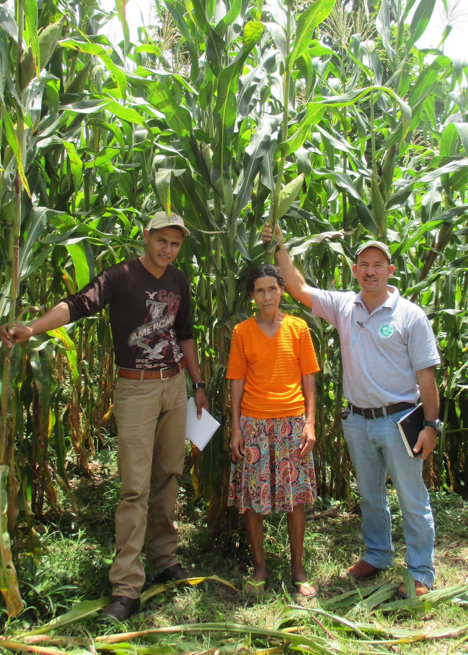 Jacobo joins Field Trainer Obed Goméz and farmer María Guerra in the village of La Laguna II. - photo by Franklin Paz